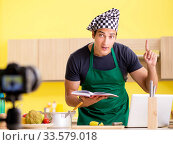 Young chef blogger explaining food preparation. Стоковое фото, фотограф Elnur / Фотобанк Лори