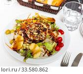 Купить «Goat cheese salad with greens, pear, nuts», фото № 33580862, снято 13 июля 2020 г. (c) Яков Филимонов / Фотобанк Лори