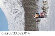 Vertical footage female mushing sled dog team, running on snow distance Dog Sled Race Competition. Редакционное видео, видеограф А. А. Пирагис / Фотобанк Лори