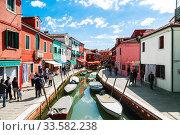 Купить «Bright colorful houses on Burano island on the edge of the Venetian lagoon. Venice, Italy», фото № 33582238, снято 17 апреля 2017 г. (c) Наталья Волкова / Фотобанк Лори