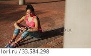 Купить «Woman looking at her watch under a bridge», видеоролик № 33584298, снято 9 апреля 2019 г. (c) Wavebreak Media / Фотобанк Лори