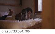 Couple using computer in bedroom at home. Стоковое видео, агентство Wavebreak Media / Фотобанк Лори