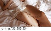 Caucasian woman using smartphone in hotel. Стоковое видео, агентство Wavebreak Media / Фотобанк Лори