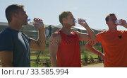 Men drinking water after training on sunny day. Стоковое видео, агентство Wavebreak Media / Фотобанк Лори