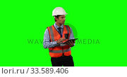 Front view of a site foreman using digital tablet with green screen. Стоковое видео, агентство Wavebreak Media / Фотобанк Лори