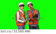 Front view of site workers using digital tablet with green screen. Стоковое видео, агентство Wavebreak Media / Фотобанк Лори