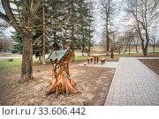 Купить «Кормушка Wooden carved bird feeder», фото № 33606442, снято 29 марта 2020 г. (c) Baturina Yuliya / Фотобанк Лори