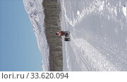 Vertical footage female mushing sled dog team, running on snow distance Sled Dog Race Competition. Редакционное видео, видеограф А. А. Пирагис / Фотобанк Лори