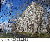 Купить «Девятиэтажный четырёхподъездный панельный жилой дом серии I-515/9М, построен в 1972 году. Хабаровская улица, 24. Район Гольяново. Город Москва», эксклюзивное фото № 33622922, снято 18 апреля 2020 г. (c) lana1501 / Фотобанк Лори