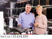 Husband and wife in home appliance shop to discuss item. Стоковое фото, фотограф Яков Филимонов / Фотобанк Лори