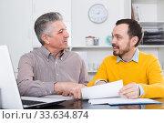 Adult man and agent discuss contract. Стоковое фото, фотограф Яков Филимонов / Фотобанк Лори