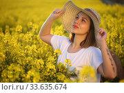 Купить «Девушка в соломенной шляпке в поле рапса», фото № 33635674, снято 25 апреля 2020 г. (c) Марина Володько / Фотобанк Лори