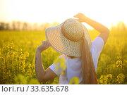 Купить «Девушка в соломенной шляпке в поле рапса», фото № 33635678, снято 25 апреля 2020 г. (c) Марина Володько / Фотобанк Лори