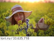 Купить «Девушка в поле в соломенной шляпке», фото № 33635718, снято 25 апреля 2020 г. (c) Марина Володько / Фотобанк Лори
