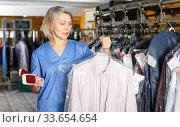 Portrait of female laundry worker at her workplace. Стоковое фото, фотограф Яков Филимонов / Фотобанк Лори