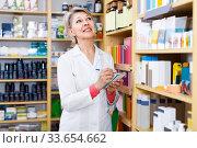 Woman seller is checking assortment. Стоковое фото, фотограф Яков Филимонов / Фотобанк Лори