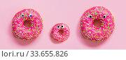 Три розовый пончика с глазами на однотонном розовом фоне. Семья из пончиков. Стоковое фото, фотограф Александр Дубровский / Фотобанк Лори