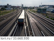 Berlin, Germany, S-Bahn line 5 in front of Warschauer Strasse station (2019 год). Редакционное фото, агентство Caro Photoagency / Фотобанк Лори