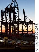 Germany, Bremerhaven - Loading cranes in overseas port, rotors for wind turbines. Редакционное фото, агентство Caro Photoagency / Фотобанк Лори