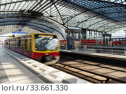 Leaving the S-Bahn at Berlin central station (2020 год). Редакционное фото, агентство Caro Photoagency / Фотобанк Лори