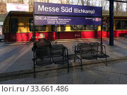 Berlin, Germany, S-Bahn line 5 enters the station Messe Sued (Eichkamp) Редакционное фото, агентство Caro Photoagency / Фотобанк Лори
