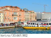 Hotel Gabrielli на набережной со стороны бухты Сан-Марко, паромный причал, Венеция, Италия (2018 год). Редакционное фото, фотограф Ольга Коцюба / Фотобанк Лори