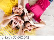 teenage girls making faces on floor. Стоковое фото, фотограф Дарья Филимонова / Фотобанк Лори
