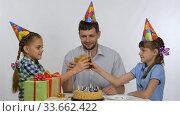 Папа с дочками на дне рождения пьют сок и стукаются стаканами. Стоковое видео, видеограф Иванов Алексей / Фотобанк Лори