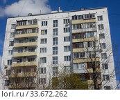 Купить «Двенадцатиэтажный одноподъездный блочный жилой дом серии II-18-01/12, построен в 1968 году. Новосибирская улица, 7. Район Гольяново. Город Москва», эксклюзивное фото № 33672262, снято 29 апреля 2020 г. (c) lana1501 / Фотобанк Лори