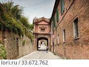 Ancient medieval street in Siena, Tuscany, Italy (2014 год). Стоковое фото, фотограф Наталья Волкова / Фотобанк Лори