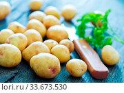 Купить «Raw potato and knife on the wooden board», фото № 33673530, снято 10 июля 2020 г. (c) age Fotostock / Фотобанк Лори