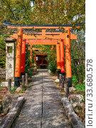 The red torii gates along a path to the small Inari-sha Shrine. Hirano Shrine. Kyoto. Japan. Редакционное фото, фотограф Serg Zastavkin / Фотобанк Лори
