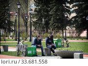 Купить «Балашиха, развозчики еды в дни коронавирусной пандемии COVID-19», эксклюзивное фото № 33681558, снято 3 мая 2020 г. (c) Дмитрий Неумоин / Фотобанк Лори