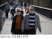 Балашиха, большое количество людей на улице в дни коронавирусной пандемии COVID-19 (2020 год). Редакционное фото, фотограф Дмитрий Неумоин / Фотобанк Лори