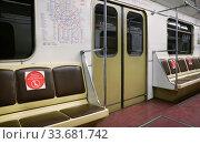 """Пустой вагон метро. Наклейки на сиденьях """"Держите дистанцию, не садитесь здесь"""" (2020 год). Редакционное фото, фотограф Dmitry29 / Фотобанк Лори"""