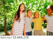 Multikulturelle Kinder mit Sieger Pokal als erfolgreiche Mannschaft. Стоковое фото, фотограф Zoonar.com/Robert Kneschke / age Fotostock / Фотобанк Лори