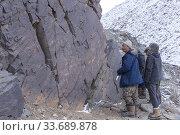 Asie, Mongolie, Ouest de la Mongolie, Montagnes de l'Altai, Vallée des peintures rupestres, Rochers avec des gravres rupestres, datées entre - 8000 à... (2019 год). Редакционное фото, фотограф Morales / age Fotostock / Фотобанк Лори