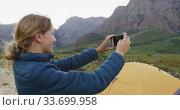 Caucasian woman taking a picture in nature. Стоковое видео, агентство Wavebreak Media / Фотобанк Лори