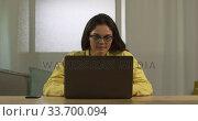 Купить «Caucasian woman using a laptop», видеоролик № 33700094, снято 23 июля 2019 г. (c) Wavebreak Media / Фотобанк Лори