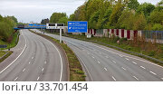 Autobahn A 40 ohne Autos, April 2020, Coronavirus, Sars-CoV-2, Covid-19, Corona-Krise, Dortmund, Nordrhein-Westfalen, Deutschland, Europa. Стоковое фото, фотограф Zoonar.com/Stefan Ziese / age Fotostock / Фотобанк Лори