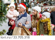 Happy family at Christmas market. Стоковое фото, фотограф Яков Филимонов / Фотобанк Лори