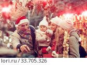 Family buying Christmas decorations. Стоковое фото, фотограф Яков Филимонов / Фотобанк Лори