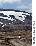 Купить «Motorrad auf Schotterpiste in wuestenhater Landschaft im Hochland im Sommer, Dyngjufjoell, Island, Europa», фото № 33708998, снято 25 мая 2020 г. (c) age Fotostock / Фотобанк Лори
