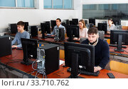 Group of people learning to use computers in classroom. Стоковое фото, фотограф Яков Филимонов / Фотобанк Лори