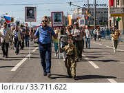 "Купить «Procession of the public movement ""Immortal regiment"" in memory of the 26 million compatriots who died in the Great Patriotic War», фото № 33711622, снято 9 мая 2016 г. (c) Наталья Волкова / Фотобанк Лори"
