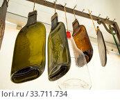 Купить «Сувенир из плоской пустой винной бутылки», фото № 33711734, снято 5 сентября 2019 г. (c) Вячеслав Палес / Фотобанк Лори