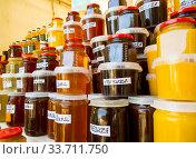 Мед разных видов на прилавке. Стоковое фото, фотограф Вячеслав Палес / Фотобанк Лори