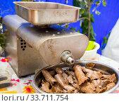 Купить «Металлическая шнековая маслобойка используется для отжима кунжутного масла», фото № 33711754, снято 5 сентября 2019 г. (c) Вячеслав Палес / Фотобанк Лори