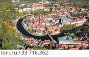 Aerial view of historical centre of Cesky Krumlov town on Vltava riverbank on autumn day overlooking medieval Castle, Czech Republic. Стоковое видео, видеограф Яков Филимонов / Фотобанк Лори