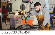 Craftsman working on drilling machine. Стоковое видео, видеограф Яков Филимонов / Фотобанк Лори